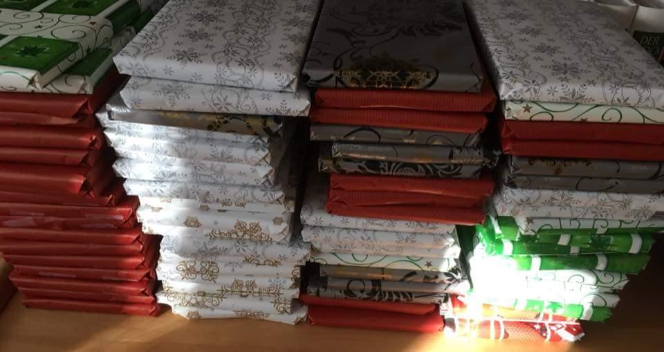 Bild zeigt mehrere Staple mit eingewickelten Büchern